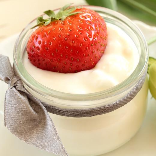 Jogurty wracają do łask. Sprawdź, których unikać